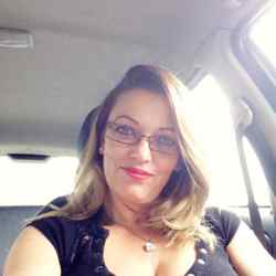 Ilona is looking for singles for a date