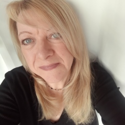 Suzi is looking for singles for a date