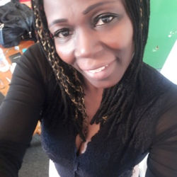 Elizabete is looking for singles for a date