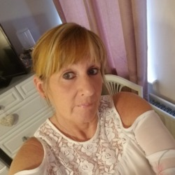 Lynda is looking for singles for a date