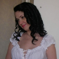 Lyly is looking for singles for a date