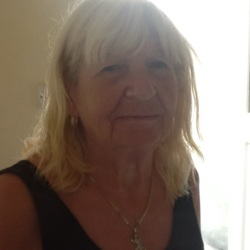 Pauline is looking for singles for a date